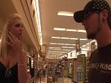 Le ayuda con la compra y ella sabe agradecérselo bien - Maduras