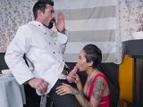 La camarera se acaba follando a uno de los cocineros - Negras