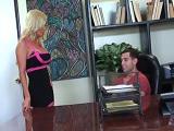 El jefe le pide a la secretaria que le coma todo el rabo - Rubias