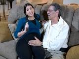 Está embarazada pero aún así sigue follando con su padre