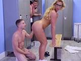 La profesora se desnuda en el vestuario frente a un joven - Milf