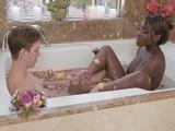 Me hace una paja en la ducha y esto acaba en gran follada - Negras
