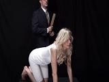 Esta chica rubia va a sufrir el castigo fuerte de su padre - Porno Duro