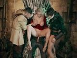 Rebecca More follada por todos en el trono, es la reina! - Sexo Gratis