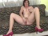 Otra vieja que se masturba a solas en el sofá de casa - Masturbaciones