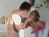Pilla a su hermanastro en la ducha y le cae una brutal follada - Anal
