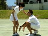 Se ha hecho daño jugando al tenis, el profesor la ayuda - Jovencitas