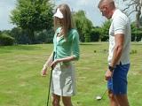 Ella quería aprender a jugar a golf, pero al final acaba.. - Maduras