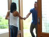 Conoce al marido de su vecina y se lo acaba follando - Morenas