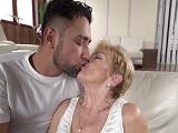 Mi abuela tiene ganas de sexo, quiere follar con su nieto.. - XXX