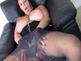 La señora desesperada se toca el coño en el sofá a placer - Masturbaciones