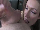 Es tan guarra que le acaba comiendo el culo al taxista - Porno Duro