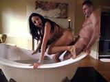 Anal salvaje para Anissa Kate en el cuarto de baño - Anal