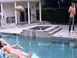 El jardinero ve a la señora de la casa desnuda en la piscina