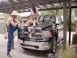 Que bien le viene a ella que el coche la deje tirada.. - HD