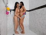 Las dos hermanas muy calientes follando en la ducha - Incesto