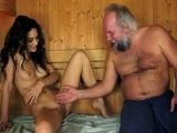 La española Carolina Abril follada en la sauna por un viejo - Español