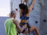 Hago escalada y mi compañero no para de tocarme el culo - Porno Duro