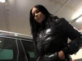Un desconocido la entra en el parking ofreciéndole follar - Morenas