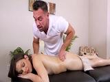 El masajista me hace sentirme muy bien, sabe tocarme.. - Mamadas