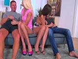 Los dos amigos montan una orgía con dos prostitutas..