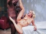 El cliente negro se folla bien fuerte a la masajista, brutal! - Interracial
