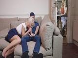 Mamá plancha y yo le como el rabo a mi chico en el sofá... - Rubias