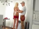 La señora de casa deja que el electricista le meta mano.. - Chicas Desnudas