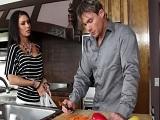 Ver a mi marido cocinar me pone muy cachonda joder.. - HD