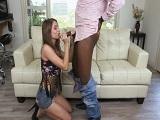 La jovencita disfruta como una zorra con el rabo del negro - Interracial