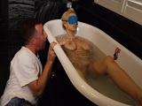 Mi madre desnuda en la bañera y con un calentón brutal! - Maduras