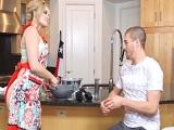 Enserio tiene que cocinar mi tía con esas braguitas? - Incesto