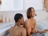Un amigo de mi hijo se mete en la bañera conmigo, uuf! - Interracial