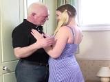 El abuelo estaba desesperado por follar a su joven nieta - Incesto