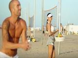La conoce en la playa y se la termina follando bien fuerte!