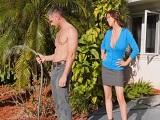 La señora Alexis Fawx no para de tontear con el jardinero.. - Cornudos