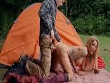 Se va de acampada y conoce a una mujer muy puta.. - HD