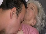 Le encanta a esta abuela que le coman así las tetas.. - Amateur