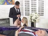 El funeral de su marido y ella follando con un invitado.. - Cornudos