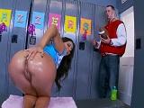 El estudiante pilla a una animadora cachonda y desnuda.. - Culos