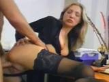 Los dos jefes se follan a la secretaria zorrona en la oficina - Trios