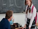 La tímida colegiala que chupa pollas a de profesores a pares