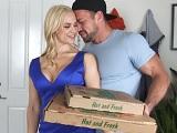 La milf Sarah Vandella se folla duro al repartidor de pizzas - Culos