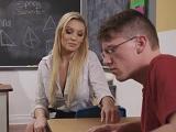 Esta profesora se acerca mucho a este joven alumno.. - Pajas