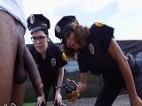 Las policías alucinan con la polla que tiene este negro.. - Interracial