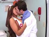 La enfermera se enrolla con el doctor en la consulta.. - Porno Duro