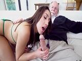 La joven nieta le come la polla a su abuelo, que zorra es..