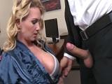La secretaria le quiere pegar un polvo a su nuevo jefe..