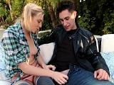 La joven tiene ganas de hacerle una mamada a su novio - Rubias