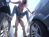 Sexo bien duro entre los coches.. Esto es de locos joder! - Rubias
